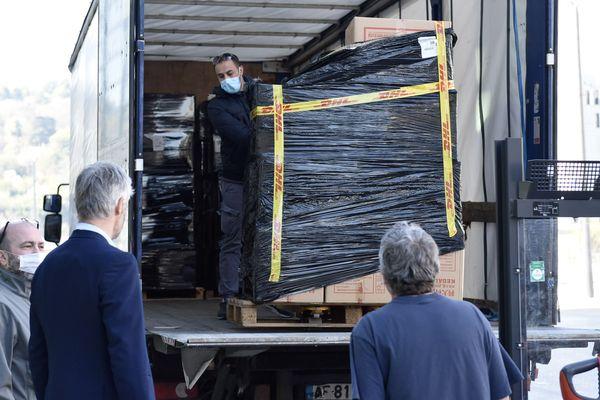 Laurent Wauquiez réceptionne une partie des 3 millions de masques commandés à la Chine par la région Auvergne-Rhône-Alpes. Les kits de protection pour les soignants sont conditionnés à l'hôtel de région de Lyon.