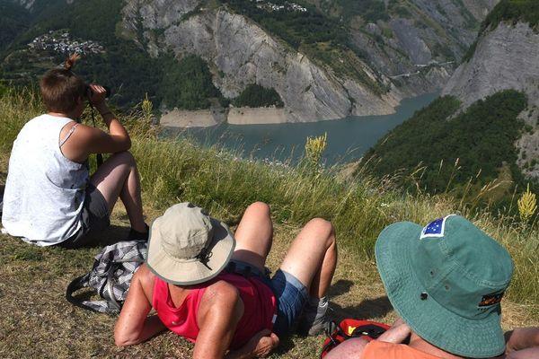 - Photo d'illustration - des touristes au-dessus du lac du Chambon, près de la station de ski Les Deux-Alpes