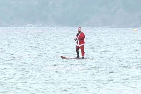 Fini le traîneau, maintenant le Père Noël se déplace en paddle !