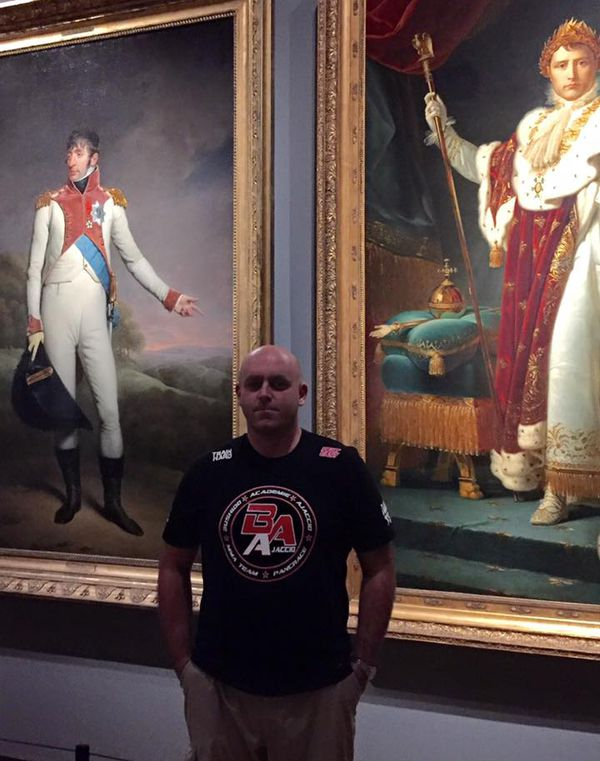 Philippe Perfettini, au Rijksmuseum d'Amsterdam, arborant un tee shirt de la Bushido Academy d'Ajaccio devant les portraits de Napoléon et de Louis Bonaparte, roi de Hollande.