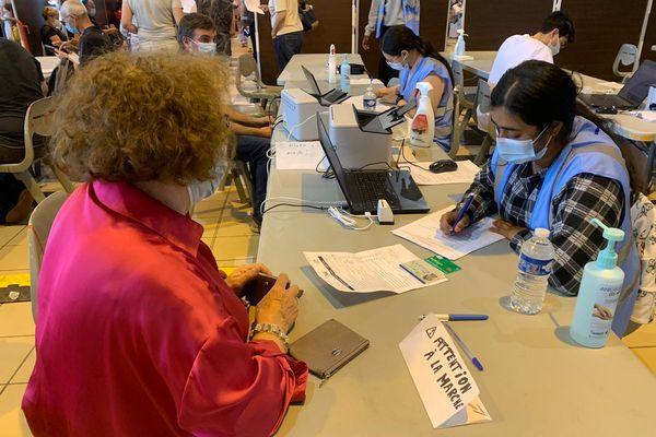 Au vaccinodrome de Toulouse, sans Ameli, les cartes vitales ne fonctionnent plus. Les informations sur les patients doivent donc être notées à la main.