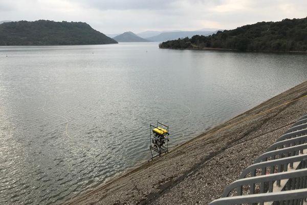Un robot, équipé de quatre caméras et d'un sonar, inspecte les parois du barrage du lac du Salagou. 4/03/2021