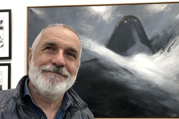 Le dessinateur Jean-Marc Rochette devant une peinture de son Transperceneige exposée à la galerie Daniel Maghen à Paris