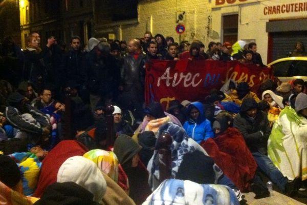 Après l'évacuation des sans-papiers, devant le temple de Lille-Fives, ce mardi soir.