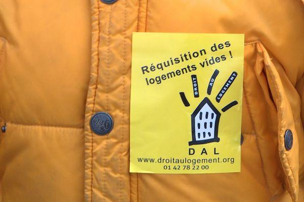 Une centaine de membres du Droit Au Logement se sont rassemblés devant le ministère du Logement ce mardi 25 décembre.