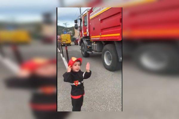 Le rêve se réalise pour Nolan ! Un défilé de camions de pompiers devant sa maison.