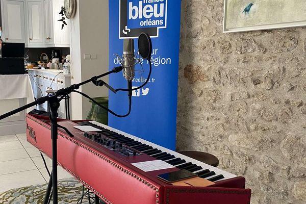 Le clavier de Liz Van Deuq avant son concert chez une auditrice de France Bleu Orléans