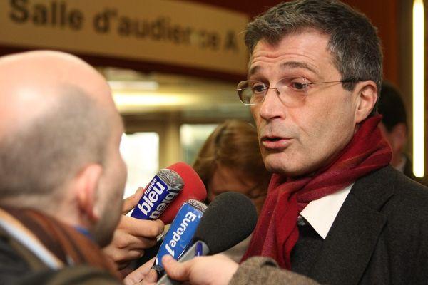 L'avocat de Yacine Sid, Alain Dreyfus Schmidt dépose plusieurs demandes de mise en liberté de son client. Elles sont toutes refusées.