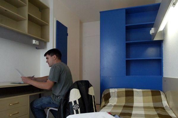 Photo d'illustration : un étudiant confiné dans sa chambre universitaire