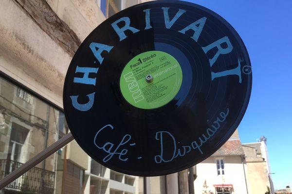 Rue des Vieilles Boucheries à Poitiers, l'enseigne du café-disquaire Charivari.
