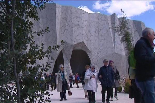 Avec la grotte Chauvet 2, les touristes sont devenus plus nombreux dans le Sud de l'Ardèche. Au moment de son ouverture il y a cinq ans, une étude a évalué le besoin de logement pour ces visiteurs, Il manquait à l'époque, 150 chambres d'hôtels de 3 ou 4 étoiles.