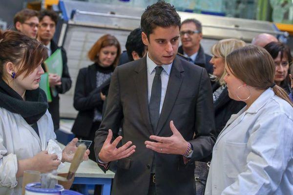 Le secrétaire d'État Gabriel Attal lors d'une visite au lycée Le Corbusier de Tourcoing.