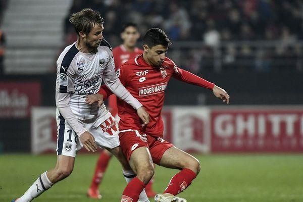 Jaroslav Plasil (Bordeaux) et Enzo Loiodice (Dijon), lors de la rencontre entre Dijon et Bordeaux, le 24 novembre 2018