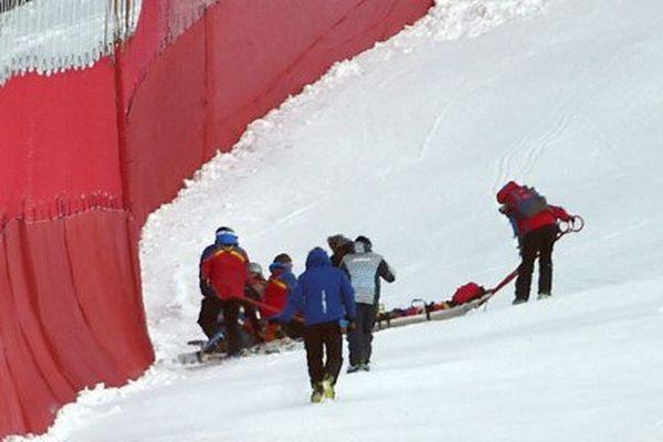 Le skieur gapençais est évacué de la piste après sa lourde chute à Garmisch-Partenkirchen en allemagne lors de la coupe du monde de ski alpin.