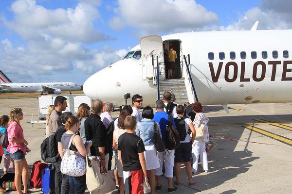 Un avion de la compagnie aérienne Volotea sur le tramac de l'aéroport de Bordeaux-Mérignac.
