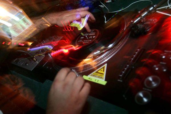 Cinq DJ se relaieront aux platines dans une pièce isolée, sans jamais se croiser ni se voir