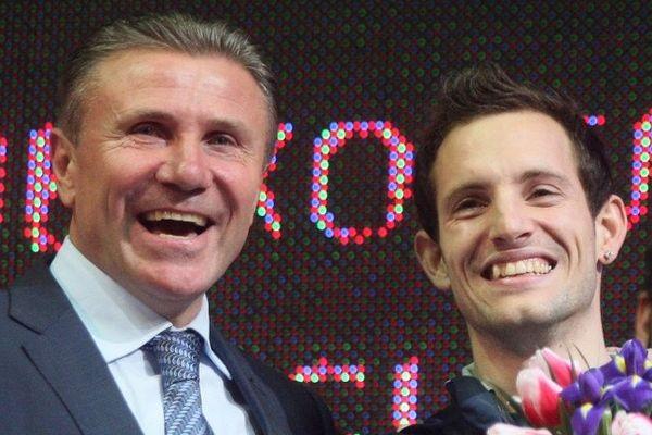 Renaud Lavillenie et Sergueï Bubka, le 15 février 2014 à Donestk (Ukraine) après que le Clermontois ait établi un nouveau record du monde en salle de saut à la perche à 6,16m.