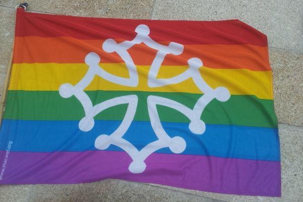 La croix occitane a élargi son panel de couleur pour sortir du rouge