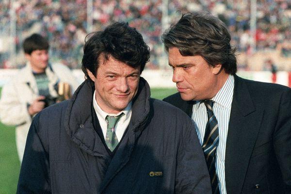Bernard Tapie, président du club de football l'OM, discute avec Jean-Louis Borloo, membre du comité directeur de l'USVA, le 20 mai 1993 sur le terrain de Valenciennes, avant le coup d'envoi du match Valenciennes-Marseille.