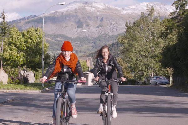 """Comment vit-on sa jeunesse quand on grandit dans un village de montagne ? De janvier 2020 au printemps 2021, """"La Vallée"""" a suivi plusieurs adolescents, comme ici Camille et Léa."""