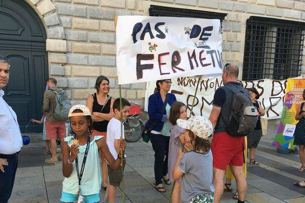 Les parents d'élèves de l'école des Chaprais devant l'hôtel de ville de Besançon.