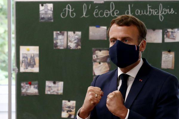 Emmanuel Macron, ce mardi 5 mai 2020, en visite dans une école primaire de Poissy pour rassurer les maires sur la reprise de l'école.