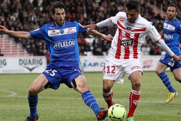 L'ancien défenseur de Troyes ( à gauche) est un joueur expérimenté et précieux dans les duels.