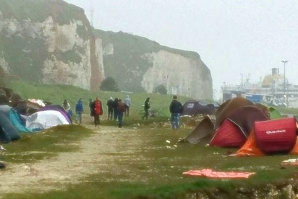 Les tentes sous les falaises de Dieppe le 1er juin
