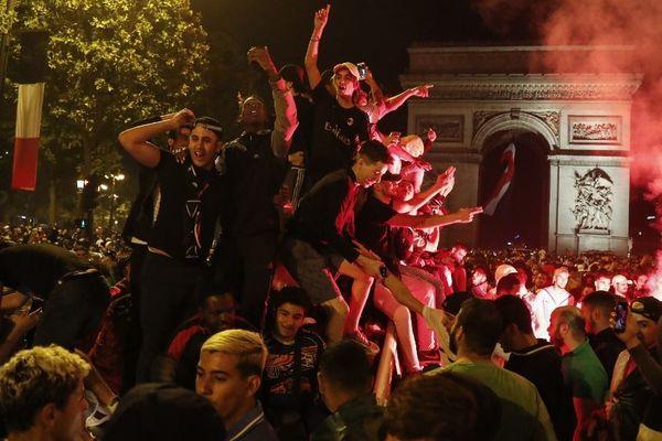 Des supporters fêtent la qualification de l'Algérie en finale de la CAN, le 14 juillet 2019.