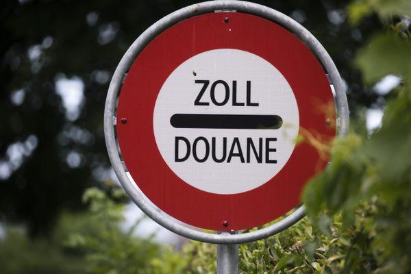 Après les nouvelles restrictions pour lutter contre la pandémie de Covid-19, les travailleurs frontaliers devront se munir d'une attestation pour traverser la frontière entre la France et la Suisse. (Illustration)