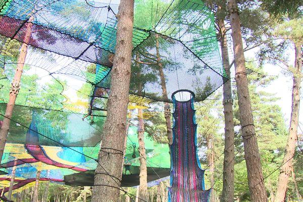 Un immense filet multicolore s'est installé dans la forêt de Burdignes dans la Loire. Un espace ludique entièrement réalisé en cordage par une société bretonne.