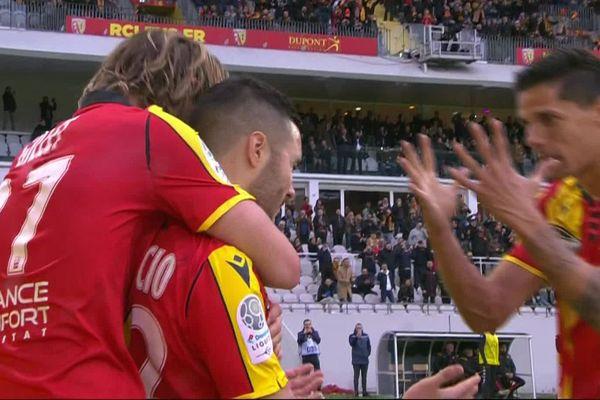 Mauricio félicité par ses coéquipiers à la 82ème minute