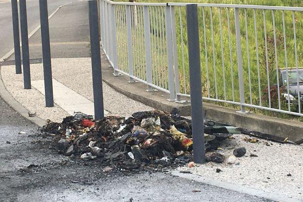Des poubelles et des détritus incendiés pour empêcher l'intervention des pompiers à Aubenas la nuit dernière 21/4/21
