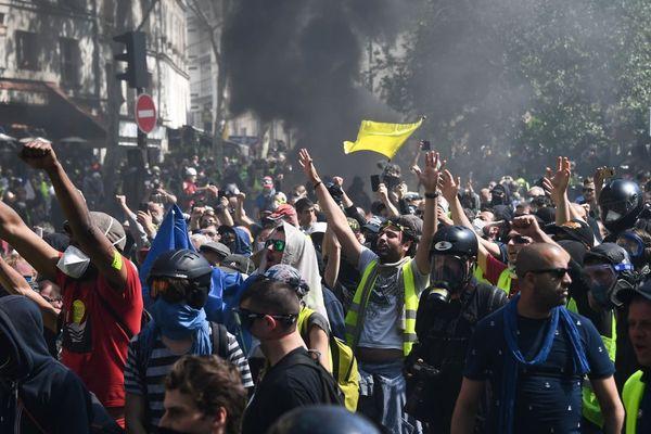 Plusieurs milliers de gilets jaunes se sont de nouveau rassemblés à Paris, pour la 23e journée de mobilisation du mouvement dans la capitale.