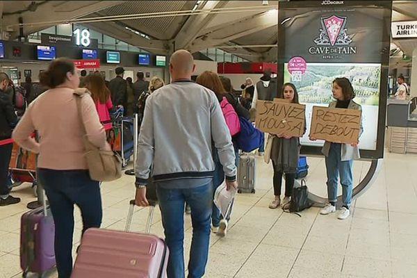 Plusieurs associations ont rencontrés des voyageurs à l'aéroport de Lyon Saint Exupéry pour les avertir d'une possible expulsion de Moussa