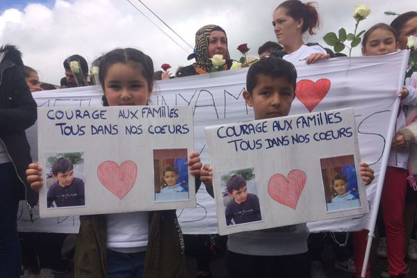 Les portraits des deux enfants fauchés ont été présentés en tête de cortège lors de la marche blanche du 13 juin 2019