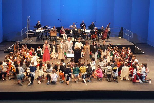 Âgés de 8 à 12 ans, les jeunes chanteurs en herbe étaient accompagnés de solistes et de musiciens professionnels.