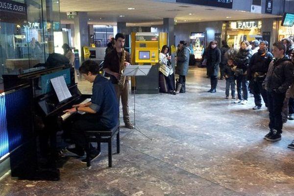 Le piano est installé dans le hall d'arrivée, gare Matabiau à Toulouse.