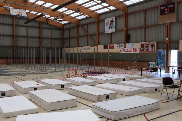 Zones compartimentées et matelas pour accueillir les SDF dans ce gymnase de Biarritz ( Pyrénées-Atlantiques).