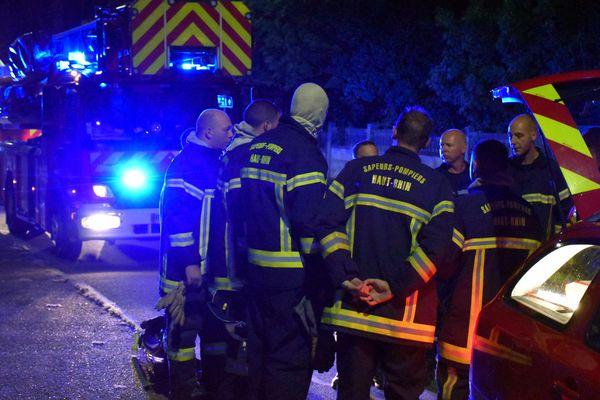 Les pompiers de Cernay-Wittelsheim sur les lieux de l'incendie à Cernay, dans la nuit de mercredi à jeudi