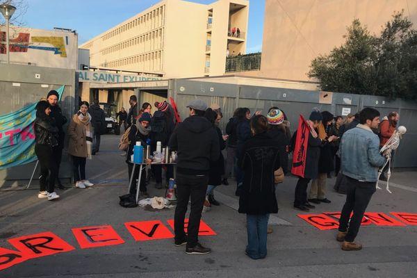 Les enseignants ont bloqué l'entrée du lycée Saint-Exupéry à Marseille, contre la réforme du bac et des retraites.