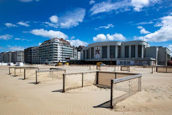 Des enclos sur la plage de Knokke, en Belgique, pour lutter contre le Covid-19.