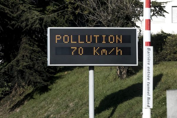 A partir du vendredi 26 février 5h00, en raison d'un épisode de pollution dans le Cantal, un abaissement temporaire de la vitesse de 20 km/h est instauré sur tous les axes routiers où la vitesse limite autorisée est normalement supérieure ou égale à 90 km/h.