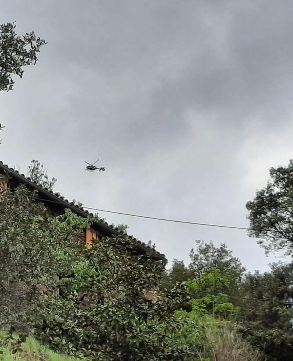 L'un des six hélicoptères de la Gendarmerie qui survolent la zone pour tenter de repérer le fuyard, dans le secteur des Plantiers, au coeur des Cévennes gardoises.