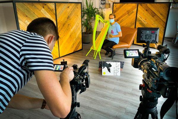 La harpiste Liloye Boyer en tournage pour la pédiatrie enchantée.
