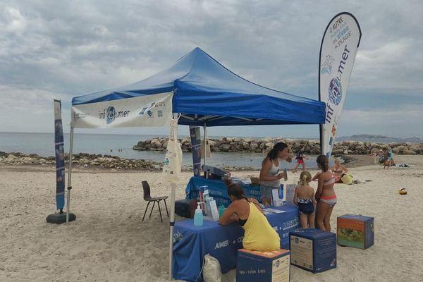 Les stands d'information d'inf'eau mer sont reconnaissables de loin avec leur tonnelle et les oriflammes sur les plages du littoral méditerranéen.