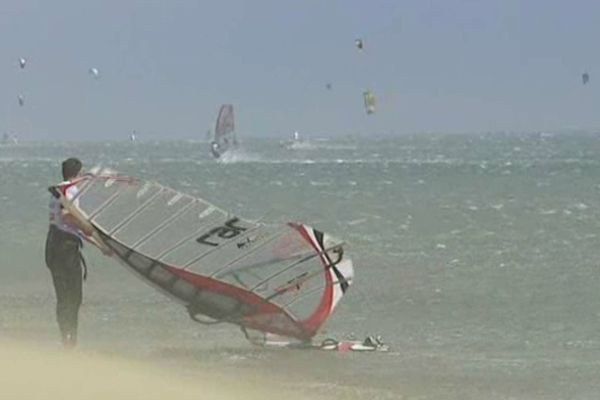 Près de 45 noeuds de vent pour la deuxième journée sur l'eau