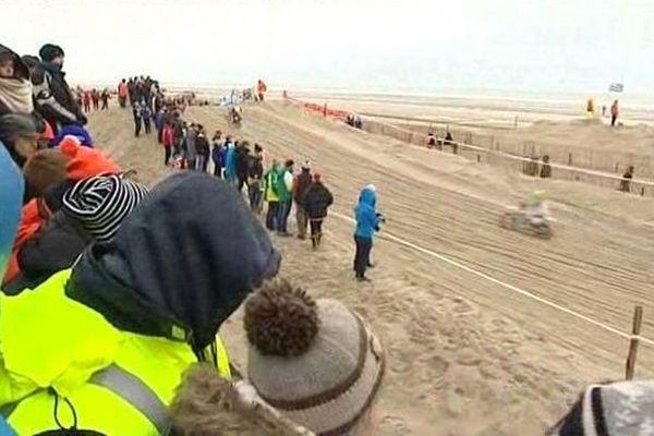Des spectateurs bien couverts pour suivre les boucles des pilotes dans le sable du Touquet.