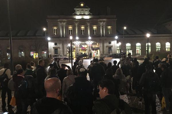 La gare de Reims a été évacué, samedi 11 novembre vers 19h20, suite à l'interpellation d'un individu dans un train.