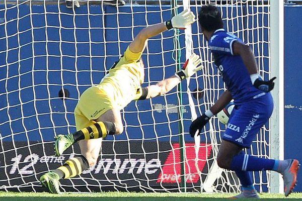 22/11/15 - Ligue 1, 14ej - Ouverture du score de Brandao pour le SC Bastia à la 5' face au GFCA dans ce derby corse